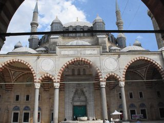Tarihi camilerdeki 'kuş konmazlar' kaldırıldı